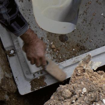 nettoyage des surfaces d'emboitement du caveau funéraire en éléments avant pose du joint d'assemblage