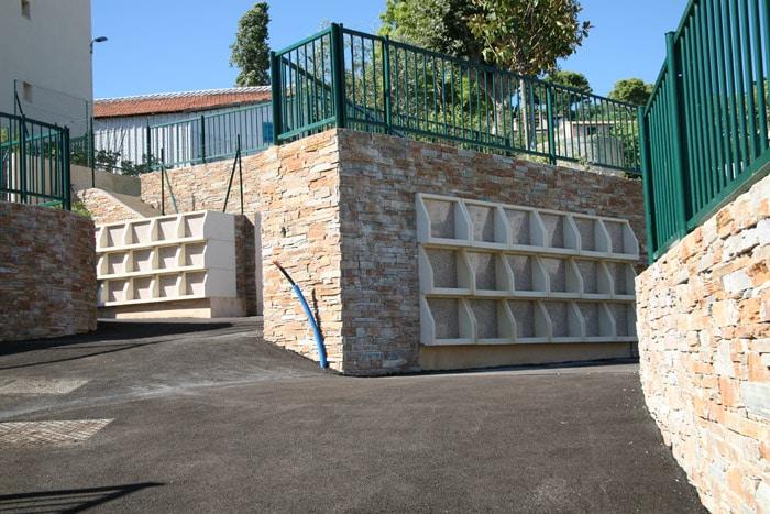 Intégration des cases de columbarium Tempo dans le mur, indépendamment du soutènement. Fabrication Stradal