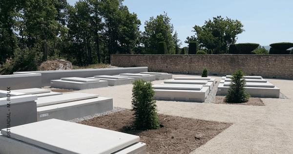 caveaux funéraires NF, trois places, cercueils côte à côte pour économiser des coûts de génie civil. Fabricant Stradal Funéraire