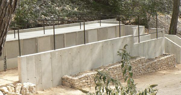 intégration de caveaux funéraires à ouverture frontale dans la déclivité du terrain. Stradal