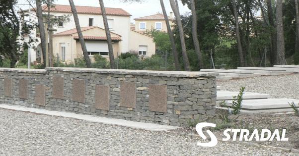 muret de pierres sèches intégrant des cavurnes Stradal funéraire pour délimiter des espaces