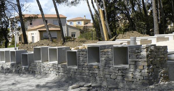 intégration de casurnes dans un muret de pierres sèches. Fabricant Stradal Funéraire