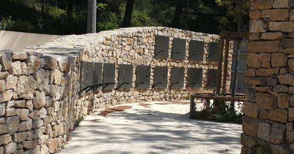cavurnes intégrées dans un muret de pierres sèches formant deux elipses. Stradal Funéraire