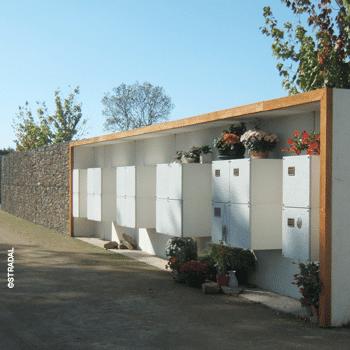 cavurnes installées sur un mur, formant un columbarium personnalisé. Fabricant Stradal