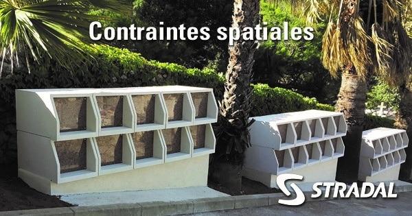 modules de columbarium Tempo installés entre les palmiers, le long de l'allée. Fabricant Stradal