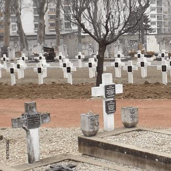 réhabilitation d'un cimetière d'une congrégation religieuse avec anciennes sépultures au premier plan et nouvelles croix latines et incrustation de la plaque nominative.  Stradal
