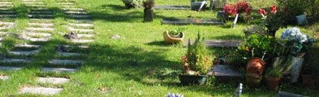 cimetière paysager avec dissimulation du caveau funéraire grâce au tampon à engazonner. Fabricant Stradal