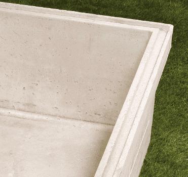 Emboitement en forme de gouttière pour certains caveaux de la gamme funéraire Stradal. Disponible selon régions