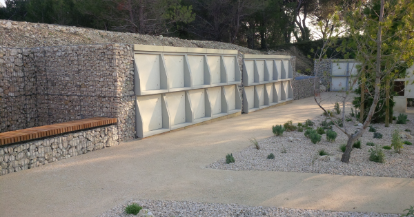 Habillage des enfeus d'un parement pierre naturelle. Aménagement Green Concept