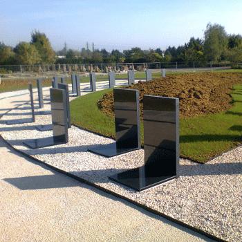 Espace cinéraire aménagé de casurnes Stradal puis habillé de monuments funéraires. Stradal