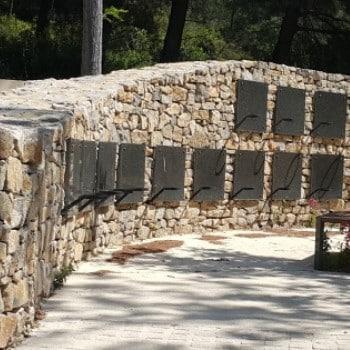 cases de columbarium intégrées dans un muret de pierres sèches. Fabricant Stradal