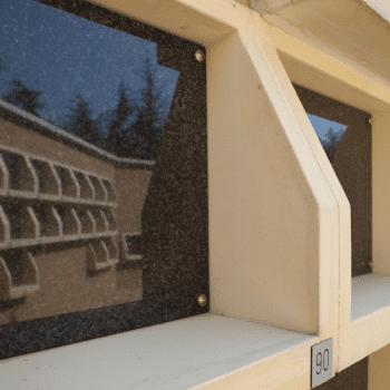 zoom sur la tablette de fleurissement de la case de columbarium Tempo. Stradal