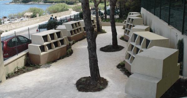 Modules des columbariums Tempo agencés en quinconce pour rompre la rigueur géométrique