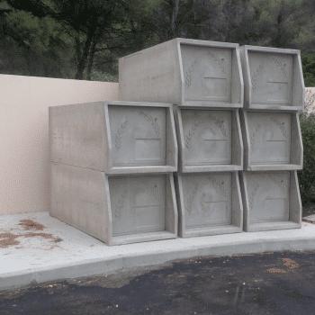 enfeu ou caveau d'attente en cours de montage le long d'un mur et soubassement béton. Stradal