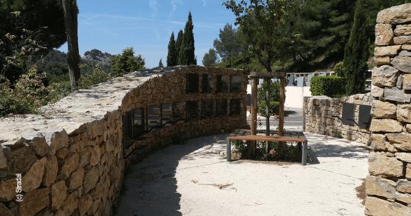 columbarium intégré dans 2 vagues en pierres sèches équipés de cavurnes. Stradal Funéraire